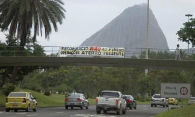 Moradores colocam faixa em passarelas pedindo a permanencia da operação Aterro Presente Foto: Andre Lima / O Globo