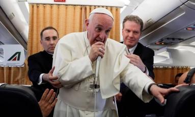 Papa fala a jornalistas durante voo Foto: ANDREW MEDICHINI / AFP