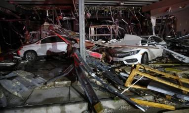 Carros e casas ficaram destruídos após a passagem do tornado Foto: Tom Fox / AP
