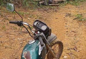 Ao lado de uma moto, corpo de uma vítima do massacre de Colniza Foto: AFP