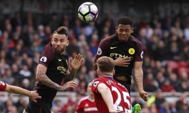 Gabriel Jesus sobe mais que a defesa para cabecear e decretar o empate por 2 a 2 Foto: Lee Smith / REUTERS