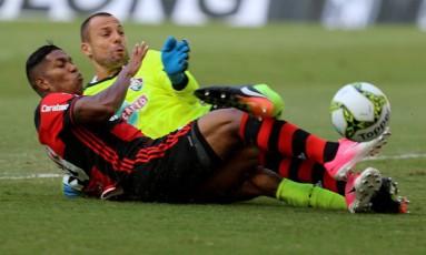O rubro-negro Berrío disputa a bola com o goleiro tricolor Cavalieri Foto: Marcelo Theobald / Agência O Globo