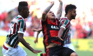 O tricolor Renato Chaves fez pênalti não marcado em Guerrero no primeiro tempo Foto: Marcelo Theobald