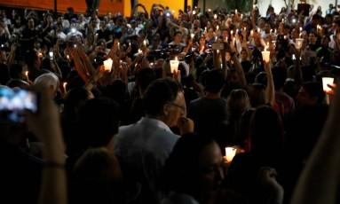 Velas. Manifestantes, com velas nas mãos, fazem uma vigília em homenagem às vítimas da violência durante os protestos contra o presidente Maduro Foto: REUTERS/CARLOS GARCIA RAWLINS