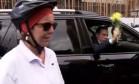 Doria recebe flor de ciclista e joga no chão Foto: Reprodução TV