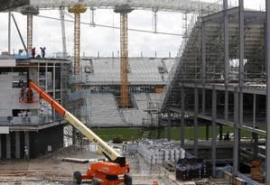 Arena Corinthians, em Itaquera, ainda em construção: orçamento inicial de R$ 400 milhões teria triplicado quando o estádio entrou na lista da Copa de 2014 Foto: Paulo Whitaker/ Reuters/01-04-2014