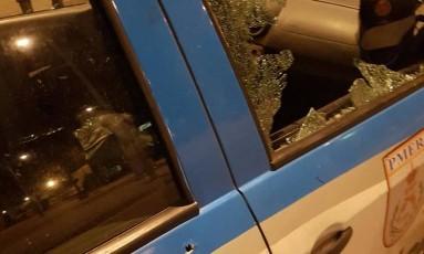 O vidro da viatura onde estavam os policiais foi quebrado pelos tiros Foto: Foto do Leitor