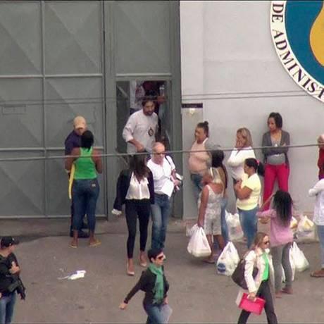 Eike Batista deixa o presídio Bangu 9 para cumprir prisão domiciliar Foto: Reprodução Globonews 30/04/2017