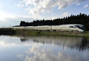 Shiki-shima, composição de dez carros com 17 cabines leva 34 passageiros passa por Nikko, ao longo do roteiro pelo norte do Japão Foto: Yoshitaka Sugawara / AP