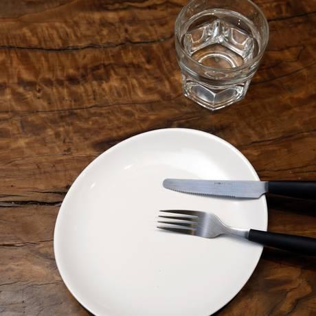 Jejum intermitente consiste em intercalar períodos de alimentação normal com períodos de jejum — geralmente, 16 ou até 24 horas Foto: Fábio Rossi / Agência O Globo