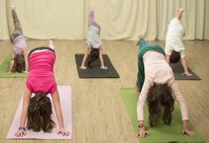 Crianças praticando exercicios de yoga no Rio Foto: Leo Martins