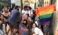 Grupo faz beijaço na Tijuca, em frente à vila onde casal de gays acusa vizinhos de agressão