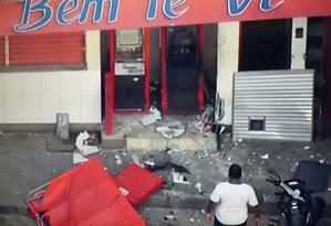 Estragos: caixas eletrônicos após a ação dos bandidos Foto: Reprodução/Globocop