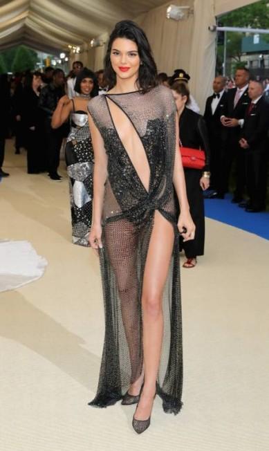 """O trânsito de celebridades no tapete vermelho do baile do Met, que aconteceu na noite de segunda-feira, em Nova York, é imenso. E para não ter chance de passar sem ofuscar os holofotes muita gente recorre ao bom e velho """"sex appeal"""". Aqui, reunimos os looks mais sexy da edição 2017 do Met Gala, a começar por Kendall Jenner Neilson Barnard / AFP"""
