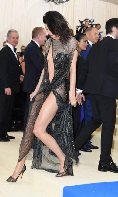 O vestido da grife La Perla escolhido por Kendall Jenner não economizou em fendas e transparências ANGELA WEISS / AFP