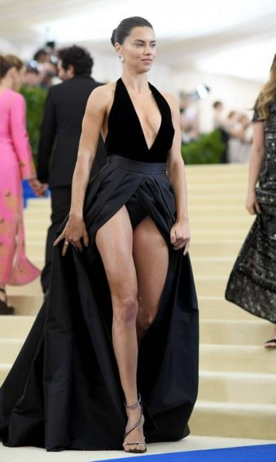 As pernas de modelo baiana ficaram totalmente à mostra com o look by Alberta Ferretti Dimitrios Kambouris / AFP