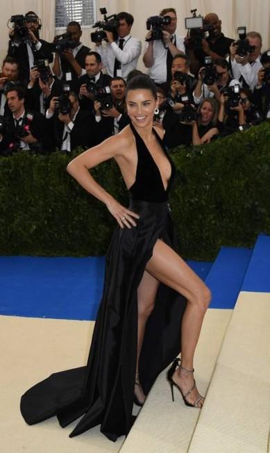 Sexy como ninguém, Adriana Lima parou o trânsito ANGELA WEISS / AFP