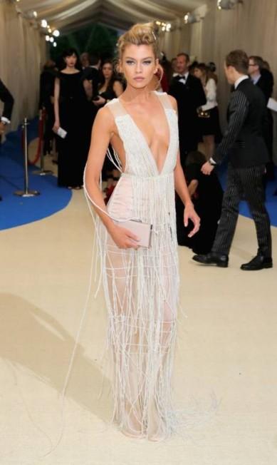 A modelo inglesa Stella Maxwell ficou sensualíssima com as franjas e decote do look Neilson Barnard / AFP
