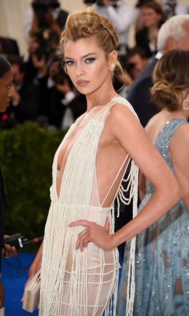 O vestido de Stella Maxwell era da fast fashion H&M Dimitrios Kambouris / AFP