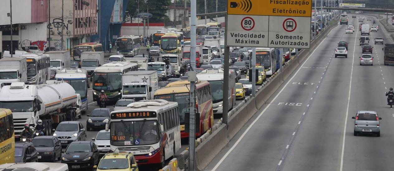 Ampliação de obras do corredor Transbrasil causam engarrafamento na Avenida Brasil Foto: Marcia Foletto / O Globo