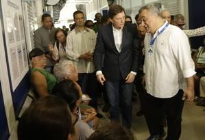 O prefeito Marcelo Crivella (à esquerda), ao lado de Carlos Eduardo em clínica da família em Padre Miguel em 25/04/2017 Foto: Gabriel de Paiva / Agência O Globo