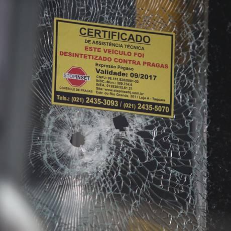 O para-brisa do ônibus foi perfurado por um disparo Foto: Fabiano Rocha / Fabiano Rocha