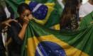 Brasileira enxuga lágrimas com bandeira do Brasil em protesto em Copacabana Foto: Alexandre Cassiano 16-03-2016 / Agência O Globo