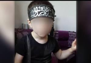Filho de terrorista australiano que se juntou ao EI na Síria aparece segurando faca em vídeo Foto: Reprodução