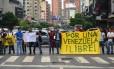 """Manifestantes saem às ruas com cartaz em que se lê """"Por uma Venezuela livre!"""" em protesto após Maduro convocar Constituinte"""