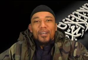 Denis Cuspert em propaganda do Estado Islâmico. Homem é um ex-rapper conhecido como Deso Dogg Foto: Reprodução de vídeo