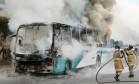 Pelo menos oito ônibus são incendiados em vias expressas do Rio por traficantes Foto: Fabiano Rocha / Agência O Globo