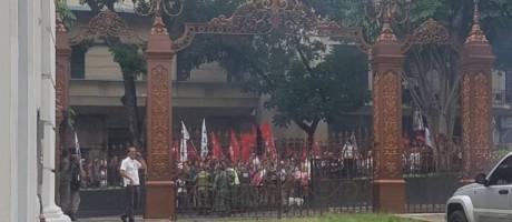 Manifestantes tentam forçar entrada na sede do Parlamento em Caracas Foto: Reprodução
