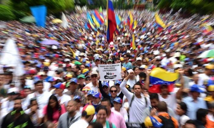 Oposicionistas estão fora da formulação da nova constituinte Foto: RONALDO SCHEMIDT / AFP