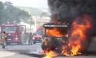 Traficantes queimam ônibus para desviar foco da polícia durante operação na Cidade Alta Foto: Guilherme Pinto / Extra