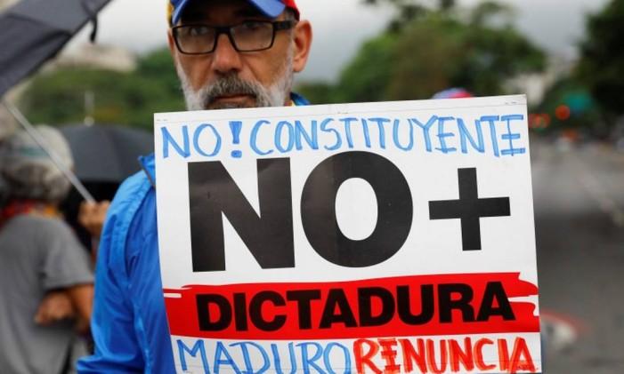 Manifestantes pedem a renúncia do presidente Nicolás Maduro Foto: CARLOS GARCIA RAWLINS / REUTERS