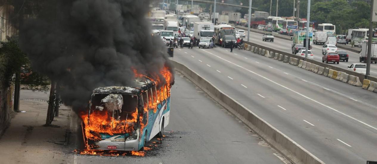 Ônibus é queimado por traficantes Foto: Pablo Jacob / O Globo