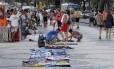 Sem controle. Camelos exibem mercadorias no calçadão da orla de Copacabana
