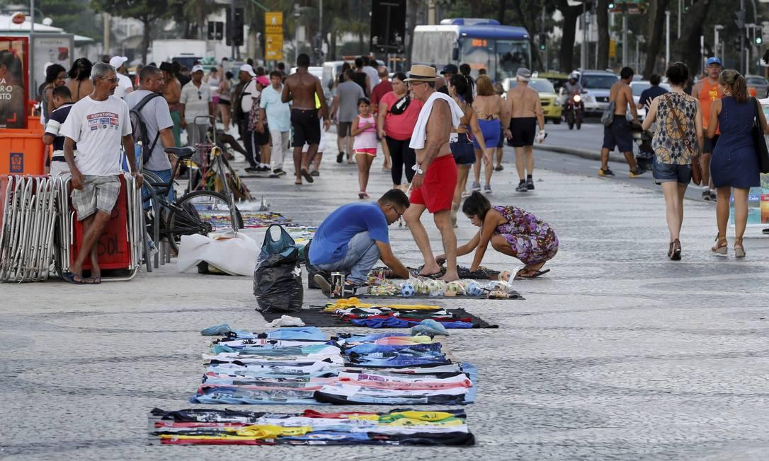 Sem controle. Camelos exibem mercadorias no calçadão da orla de Copacabana Foto: / Domingos Peixoto/4-1-2016