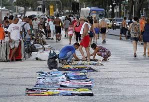 Sem controle. Camelos exibem mercadorias no calçadão da orla de Copacabana Foto: Domingos Peixoto/4-1-2016