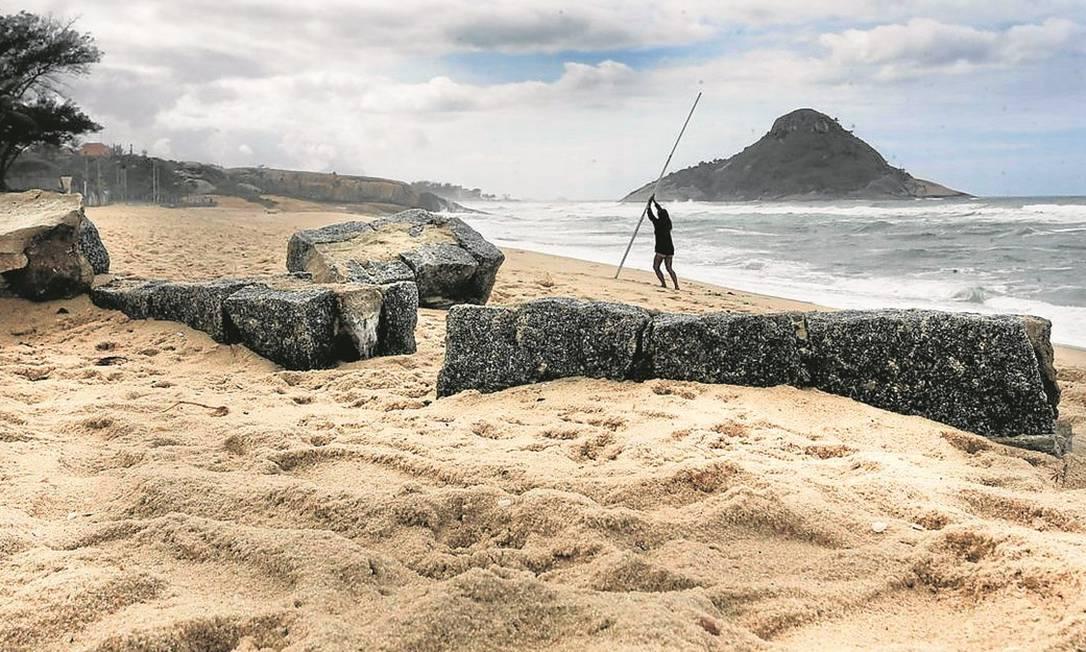 Ressaca. A força das águas, em épocas de maré alta, atinge o calçadão da Praia da Macumba Foto: Antonio Scorza / Agência O Globo