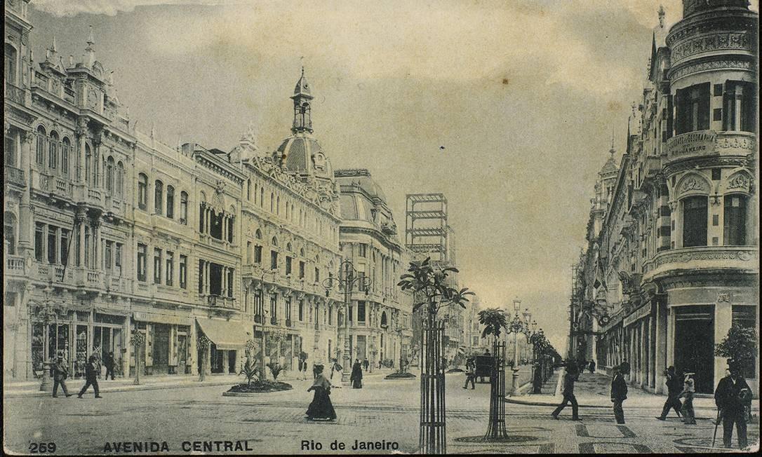 A abertura da Avenida Central, atual Avenida Rio Branco, no início do século XX, marcou o período das grandes transformações no Centro do Rio. Foto: FBN / Divulgação