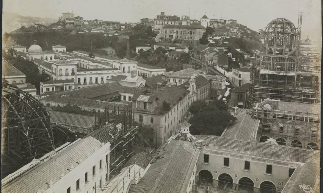 A Igreja do Bonsucesso (ao centro da imagem) e grande parte da Ladeira da Misericórdia, em 1921. Atrás da igreja, a Santa Casa da Misericórdia. À direita, o Palácio dos Estados sendo construído (depois passou a ser chamado de Bolo de Noiva). Ao fundo, o Morro do Castelo Foto: Paulo Leonardo da Costa Cunha / Divulgação