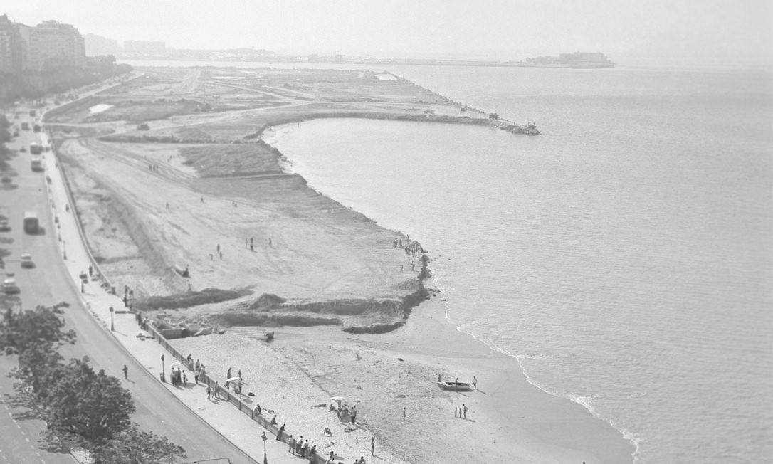 As terras do Morro de Santo Antonio e parte do fundo da baía foram usadas na construção do Parque do Flamengo, idealizado por Lota de Macedo Soares. Foto: Acervo O Globo