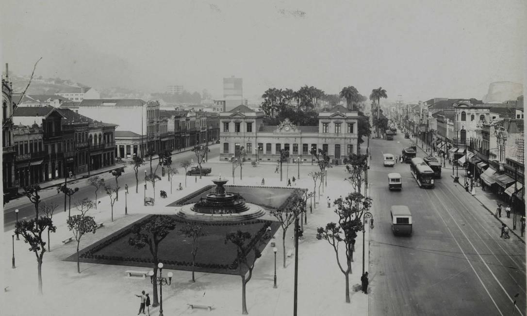 A Praça Onze em 1920, com a Escola Benjamin Constant. Ao fundo, as palmeiras do Mangue, no centro. Foto: Augusto Malta / Reprodução