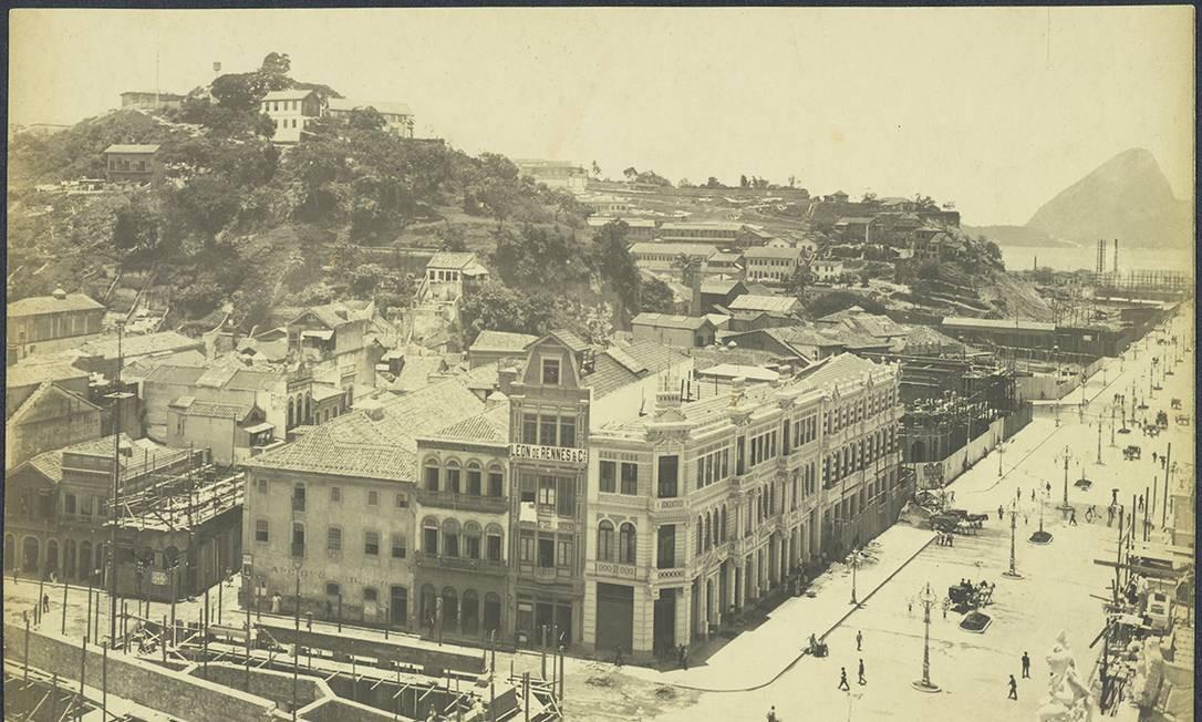 Com abertura da Avenida Central, o Morro do Castelo perdeu um pedaço. Ao fim da avenida, a foto de 1905 mostra terrenos vazios no final da via. Foto: FBN / Divulgação