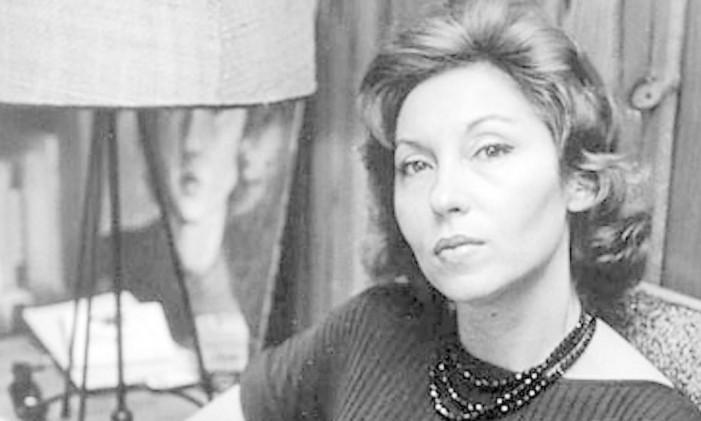 A escritora em sua casa, no Leme Foto: fotos de divulgação