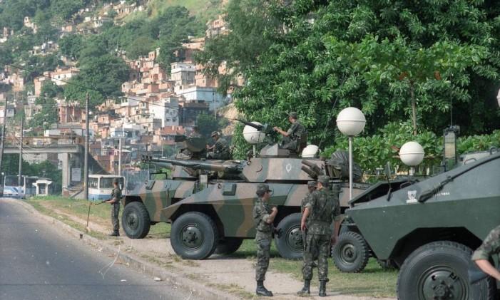 Durante a Rio-92, realizada em Botafogo, tropas do Exército vigiara, regiões estratéticas da cidade, como a favela da Rocinha Foto: Cezar Loureiro / Agência O Globo