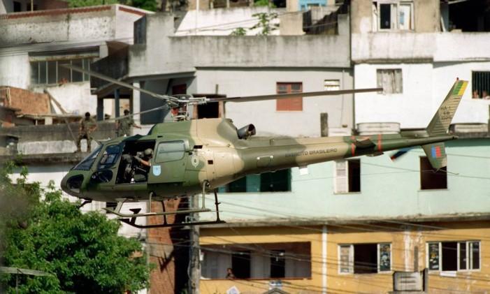 Em 1994, megaoperação do Exército no Morro do Borel mobilizou mais de 2 mil homens Foto: Márcia Foletto / Agência O Globo 26-11-1994