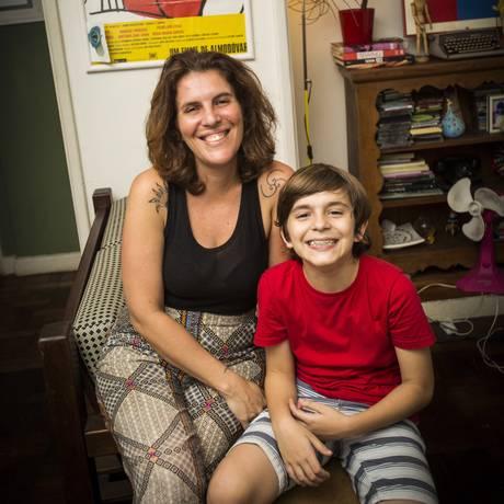 A jornalista Renata Rodrigues e o filho João, de 10 anos Foto: Bárbara Lopes