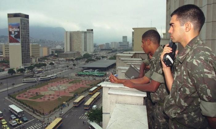 Homens das forças armadas fizeram diversas simulações antes da visita do Papa ao Rio, em outubro de 1997 Foto: Jorge William - 25/09/1997 / Agência O Globo